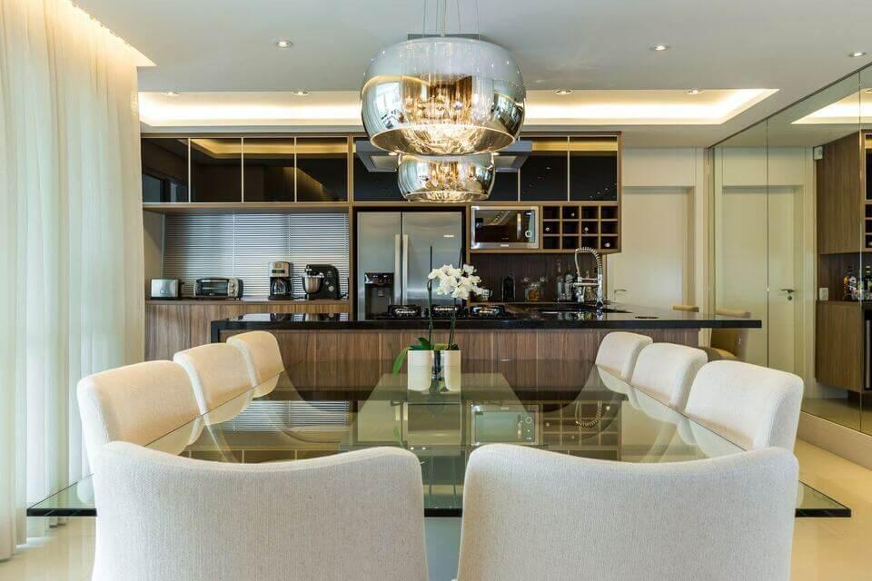 granito preto - jantar com mesa de vidro e pendente cromado