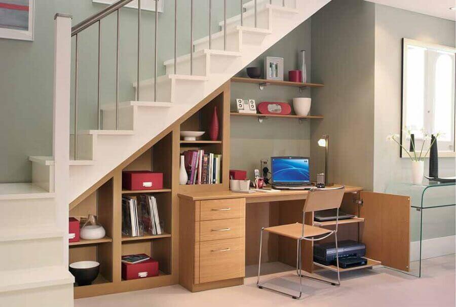 home office com nichos embaixo da escada
