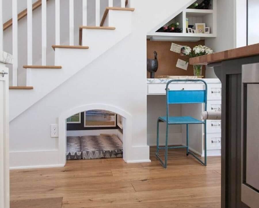 home office e casinha de cachorro como decoração embaixo da escada