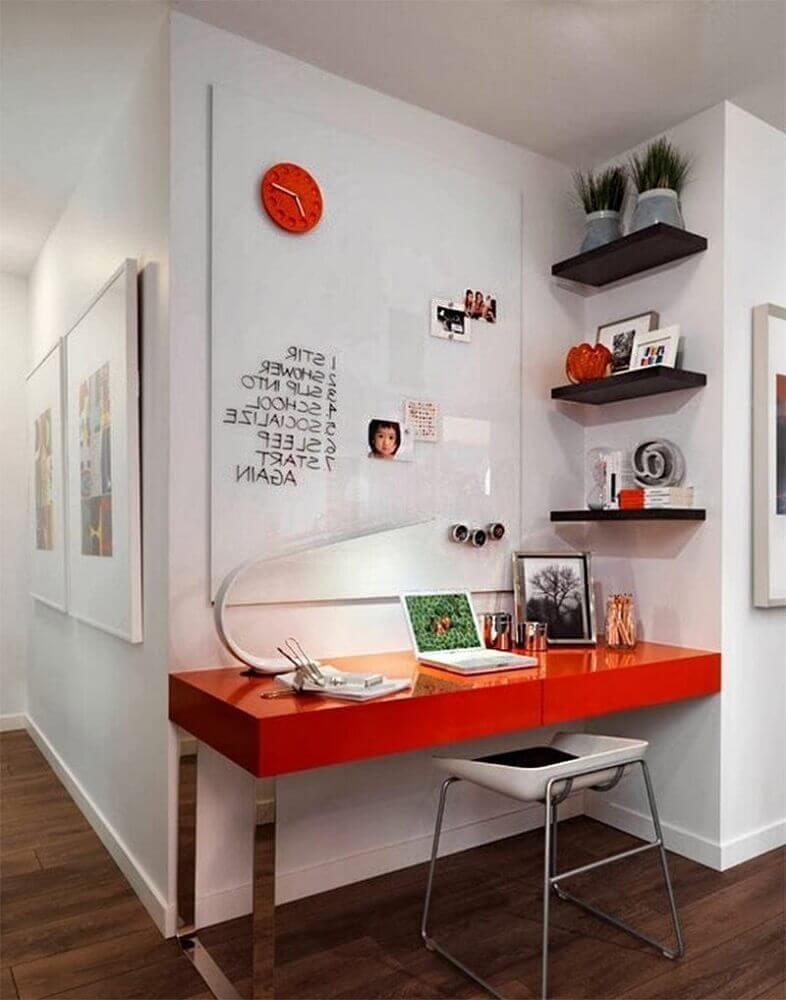 home office pequeno com bancada vermelha