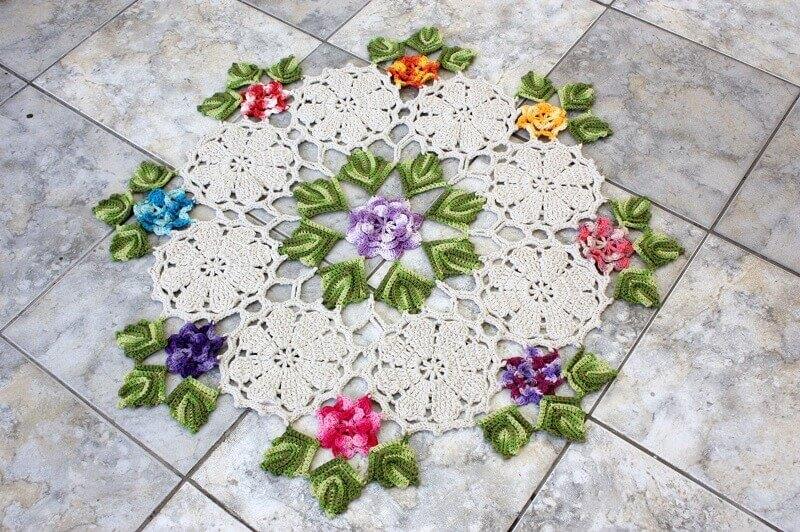 ideia delicada de como fazer folha de crochê com flores