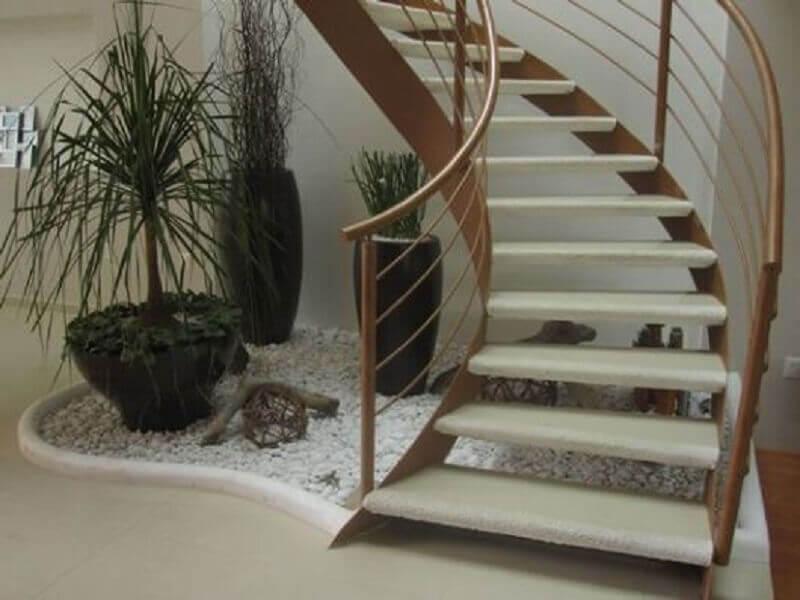 jardim de pedra embaixo da escada