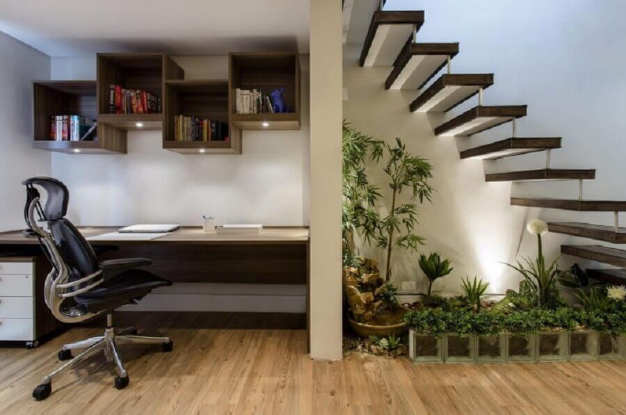 jardim embaixo da escada com home office
