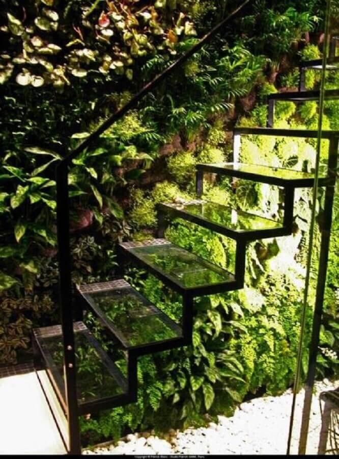 jardim embaixo da escada de vidro