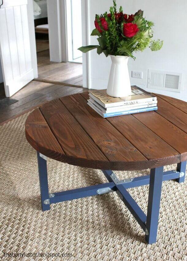 mesa redonda de madeira com pernas pintadas de azul