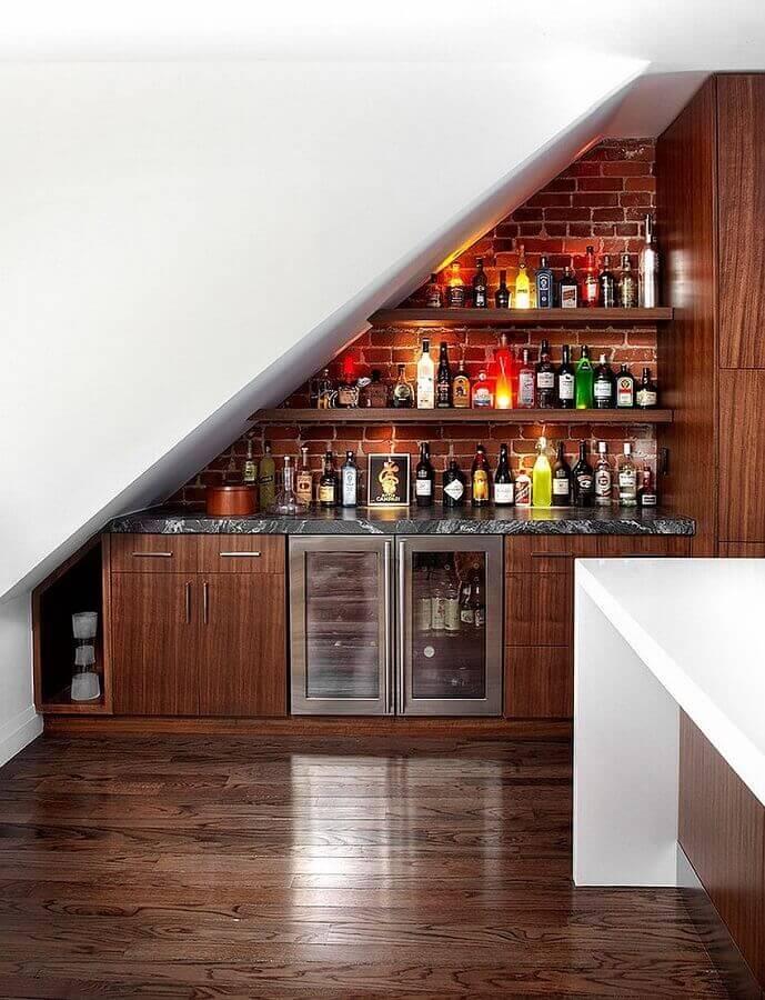 modelo de bar embaixo da escada com parede de tijolinho