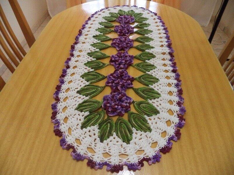 modelo de caminho de mesa com flores e folhas em crochê