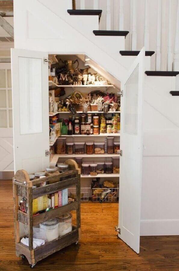 modelo de despensa feita com armário embaixo da escada