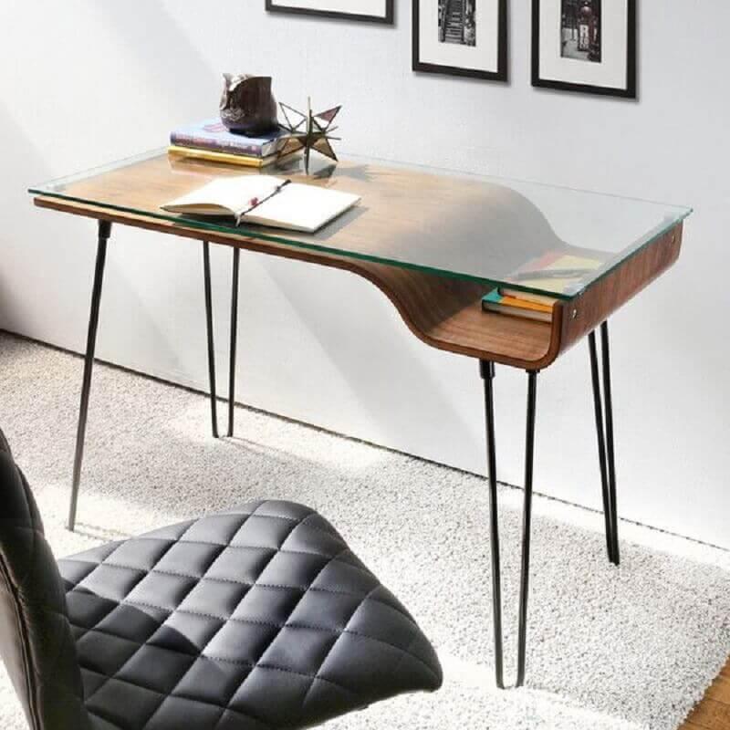 modelo de escrivaninha pequena com base de madeira e tampo de vidro