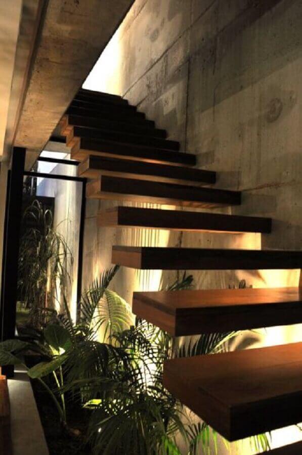 modelo de jardim embaixo da escada com iluminação direcionada