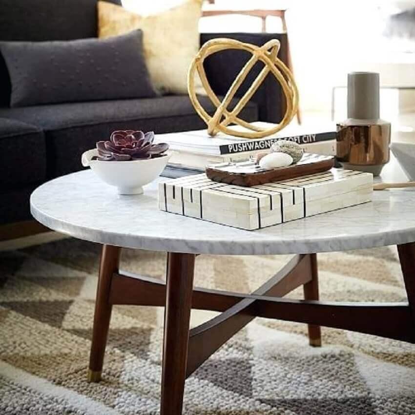 modelo de mesa redonda com tampo de mármore e base de madeira para sala de estar decorada-