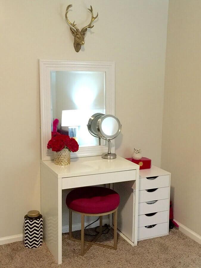 modelo de penteadeira simples e branca com baqueta rosa