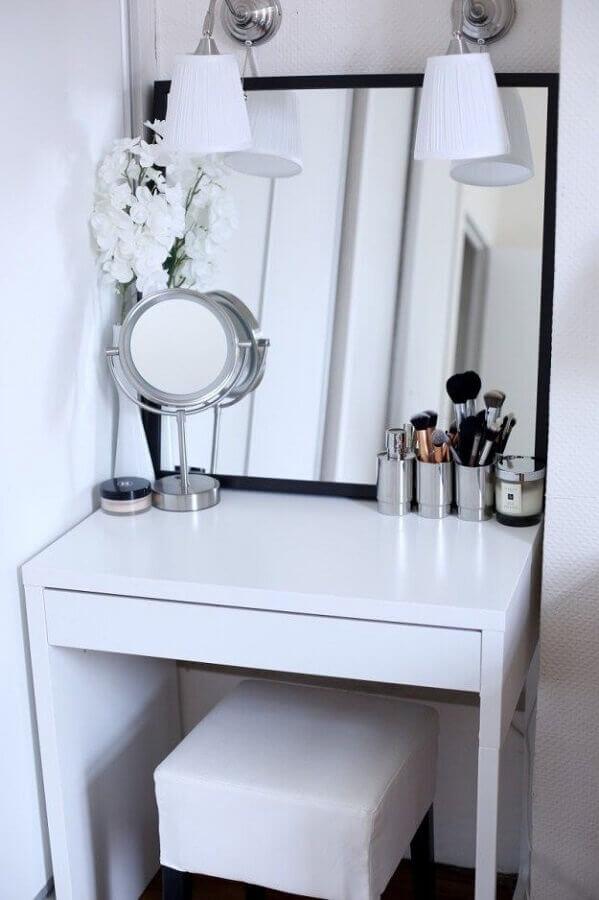 modelo de penteadeira simples e branca com espelho quadrado