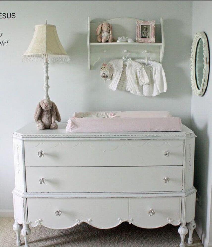 modelo provençal de cômoda de bebê branca