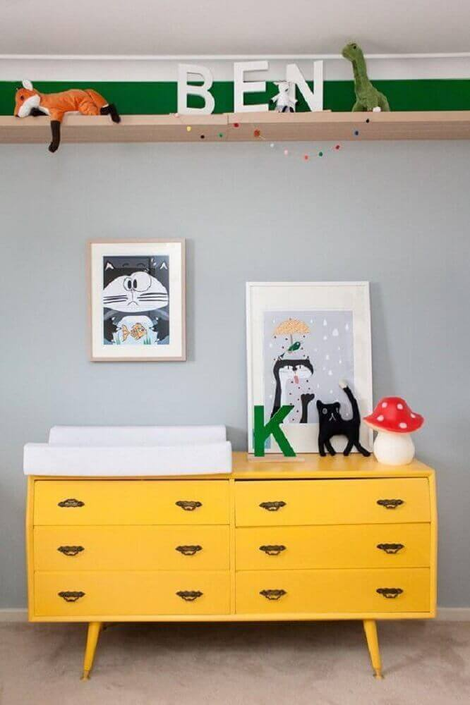 modelo retrô de cômoda de bebê amarela