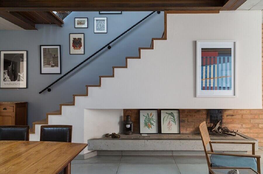 objetos decorativos embaixo da escada de alvenaria