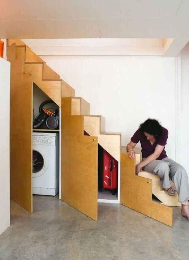 organização com armário embaixo da escada