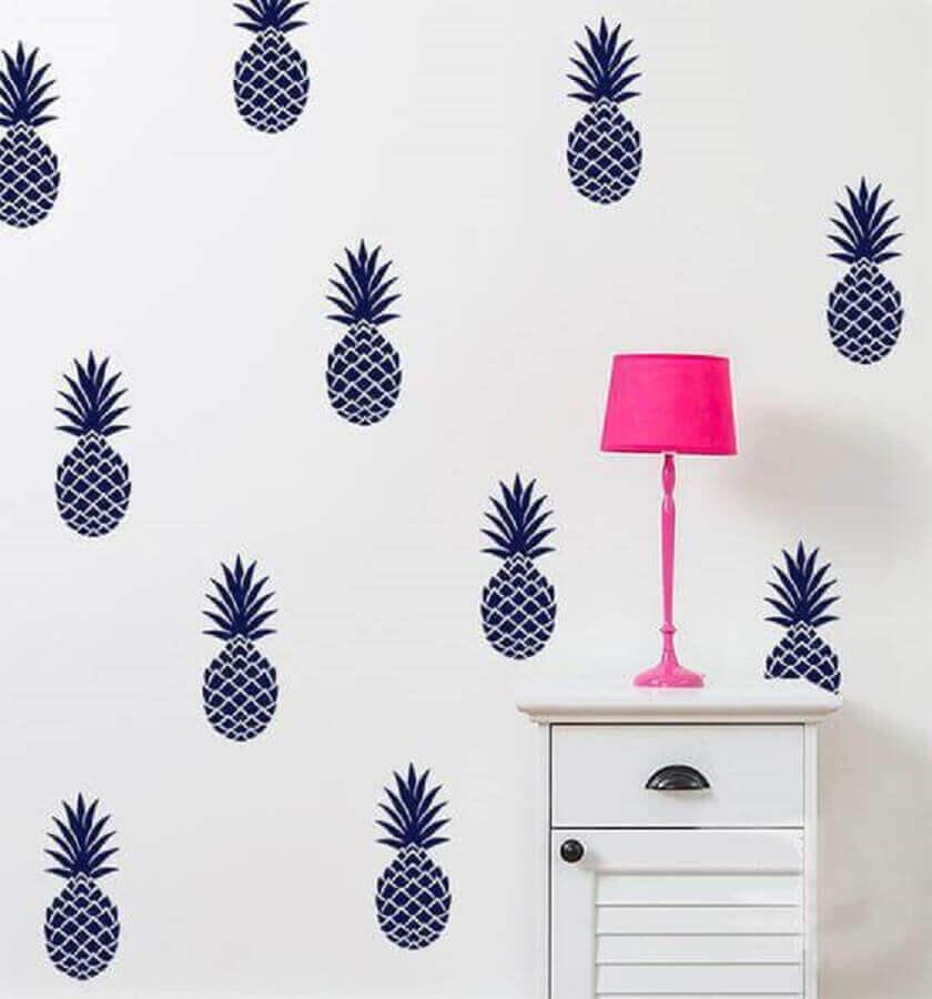 paredes decoradas com adesivos de abacaxi