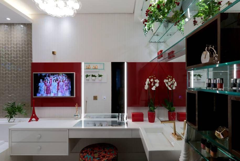 penteadeiras modernas - banheiro branco com penteadeira e painel vermelho