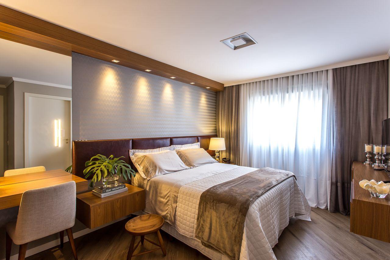 penteadeiras modernas - cabeceira de madeira com couro e piso vinílico