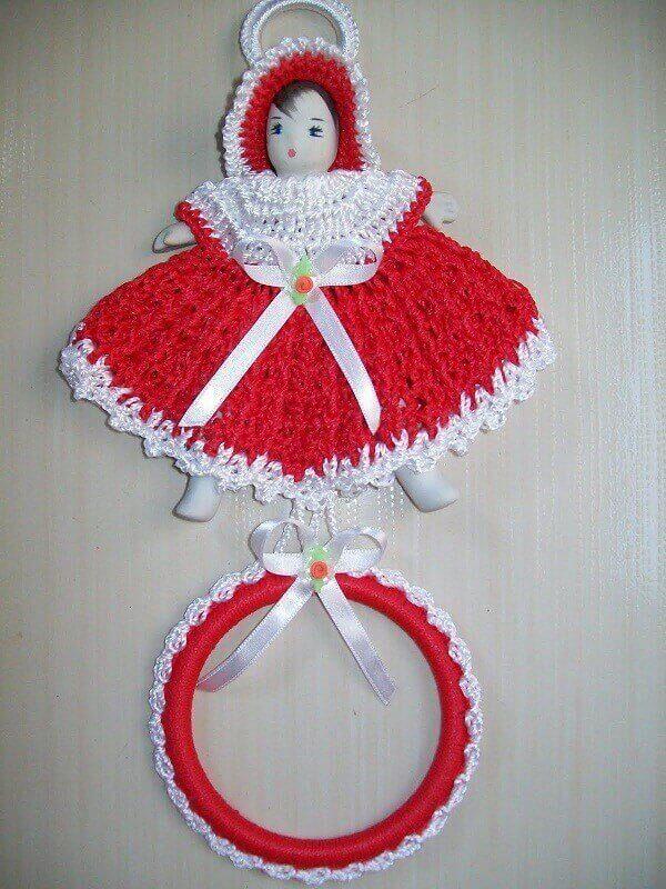 porta pano de prato de crochê com bonequinha
