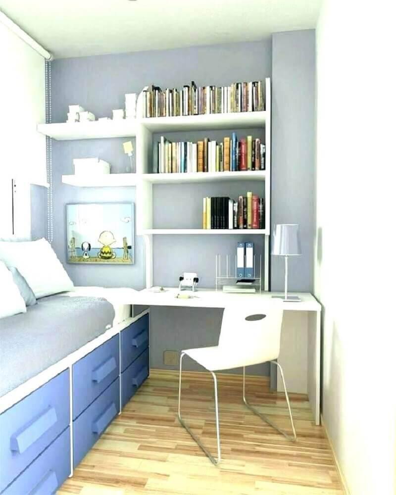 quarto azul e branco decorado com escrivaninha pequena para quarto de solteiro