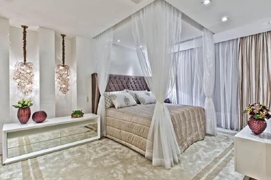 quarto de casal sofisticado e romântico decorado com criado mudo branco com espelho Foto Samara Barbosa
