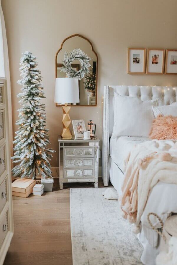 quarto decorado com cabeceira estofada branca e criado mudo espelhado  Foto Haute Off The Rack