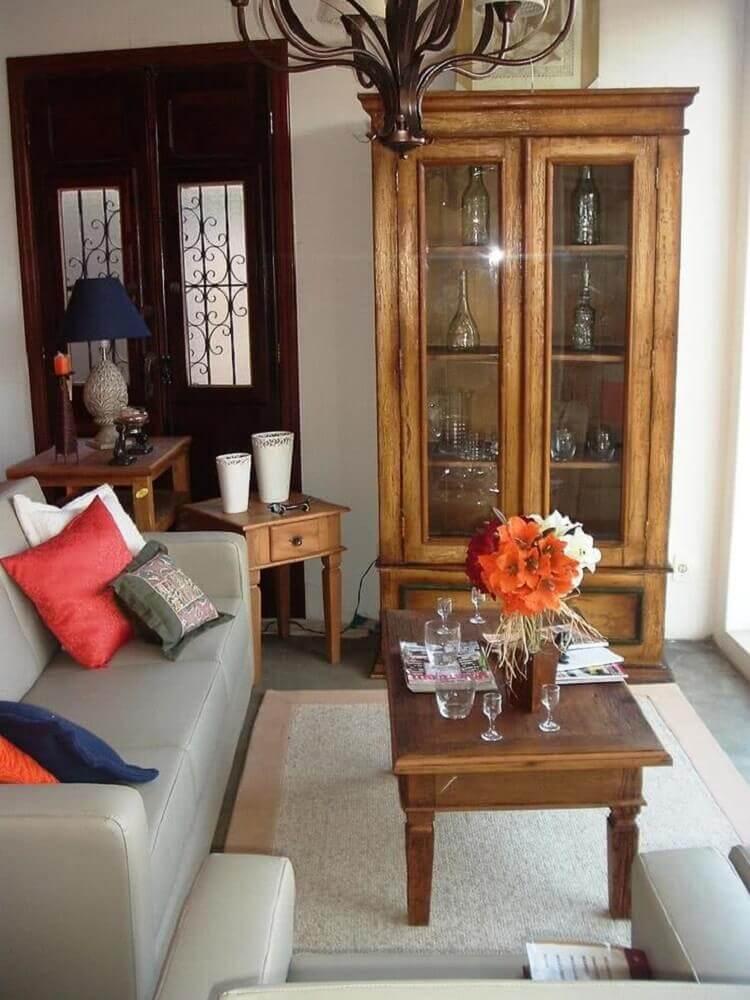 sala de estar com cristaleria de madeira