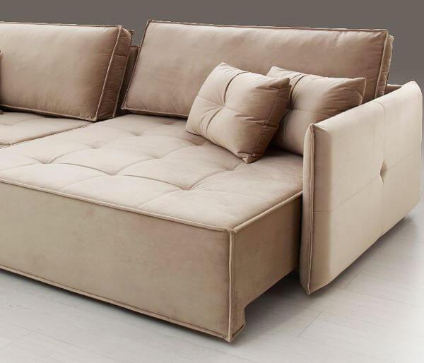 Sofá retrátil bege com almofadas combinando