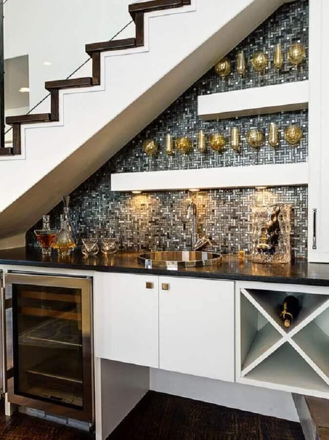 sofisticado bar embaixo da escada