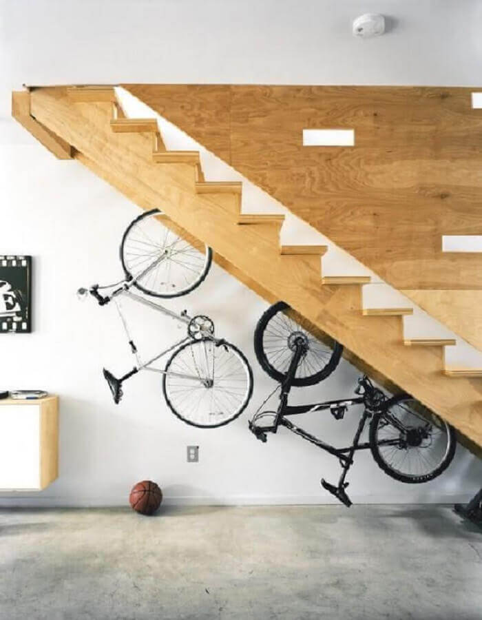 suportes para bicicletas embaixo da escada