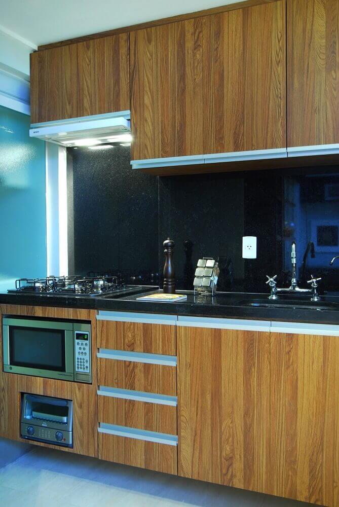 tipos de granito preto para cozinha simples com armários de madeira