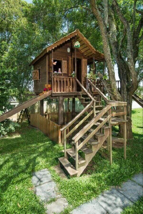 Casa na árvore com escorregador lateral