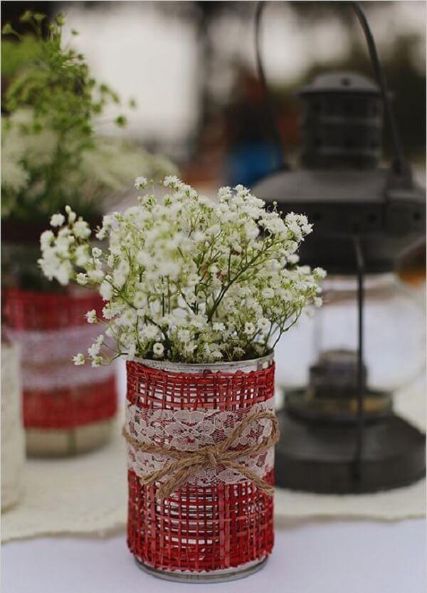 Utilize linha de sisal para decorar as latas de alumínio