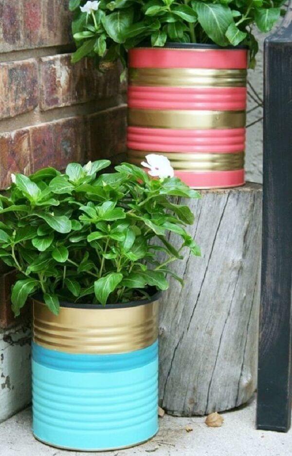 As latas decoradas podem serve de suporte para as plantas