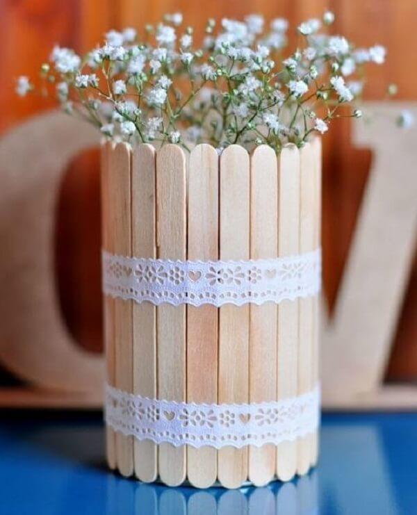 Utilize palitos de sorvete para criar latas decoradas
