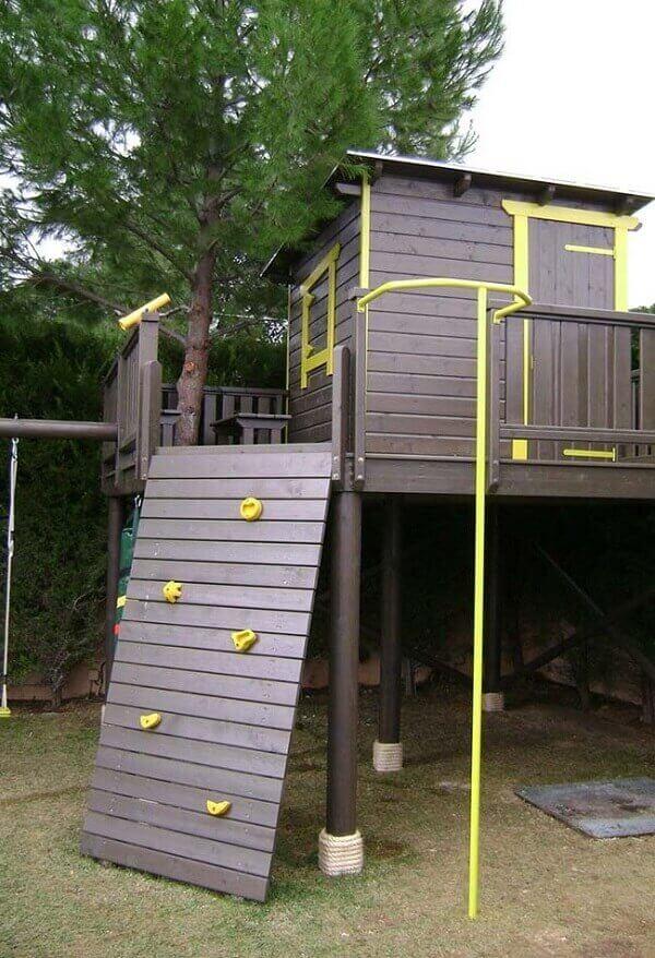O paredão de escalada dá acesso a entrada da casa na árvore