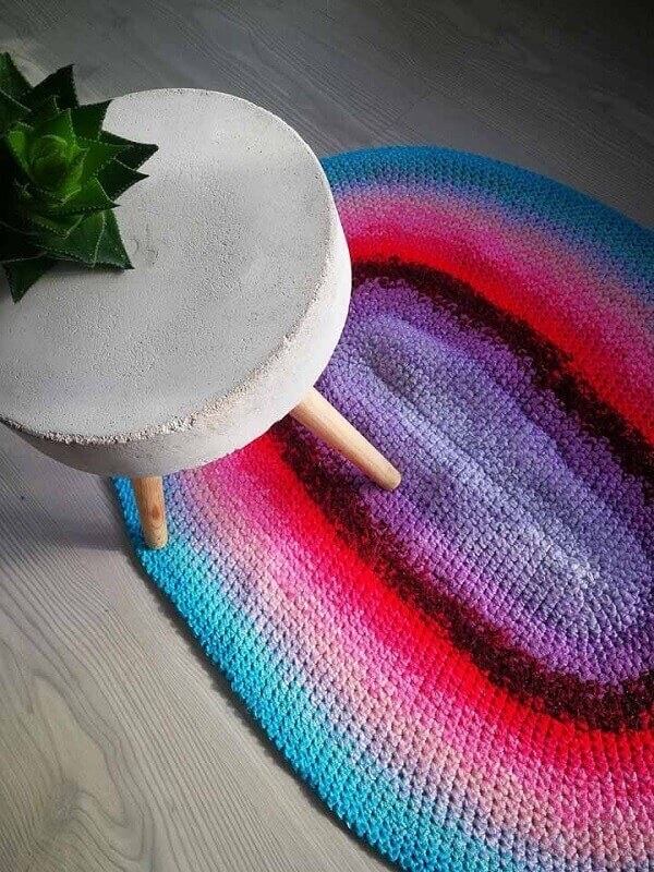 Complemente a decoração do ambiente com um tapete de crochê colorido
