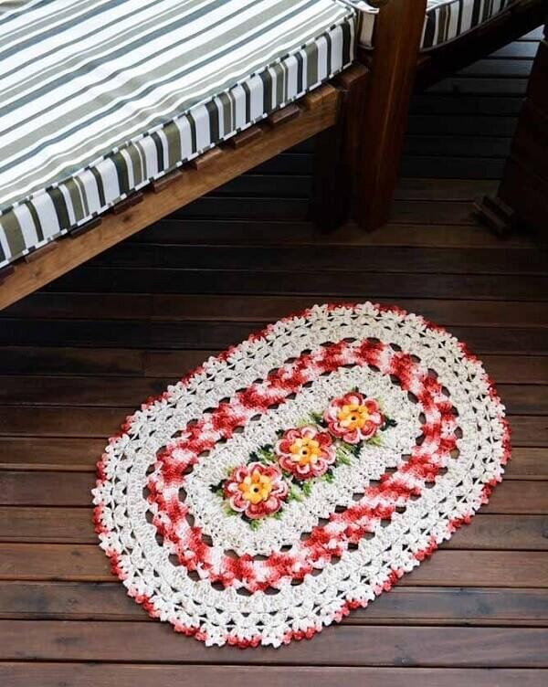 Invista na compra de um tapete de crochê com flores