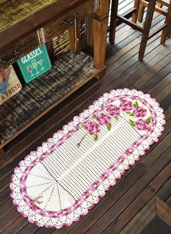 O tapete de crochê oval com flores traz delicadeza ao ambiente