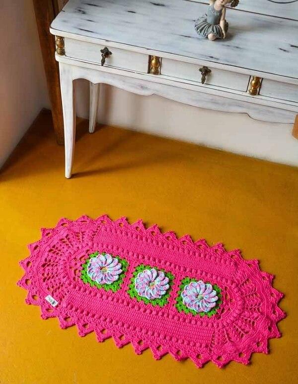 Tapete de crochê rosa com flores delicadas
