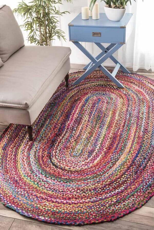 Complemente a decoração da sala com um tapete de crochê oval