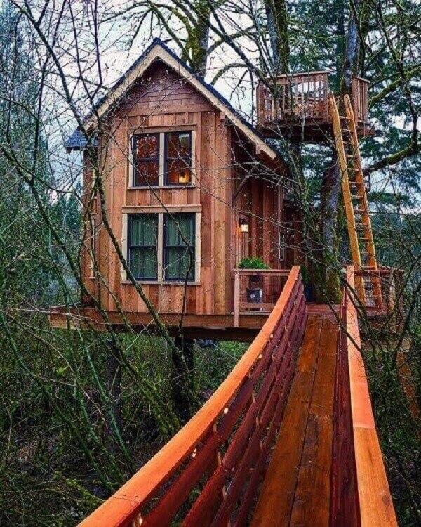 Modelo de casa na árvore sofisticada com janelas de vidro