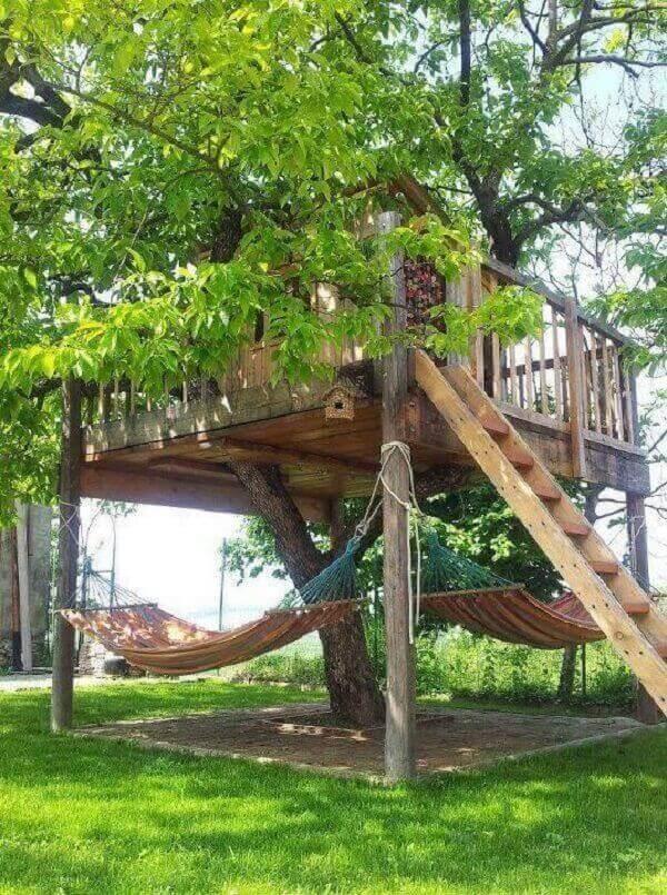Aproveite a estrutura da casa na árvore para pendurar redes de descanso