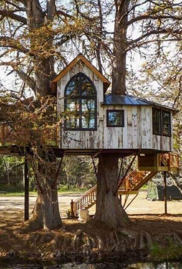 Aproveite a iluminação natural e inclua no projeto de casa na árvore várias janelas