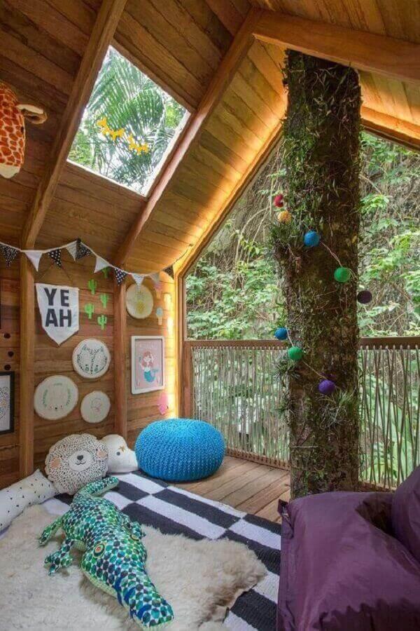 Inove na decoração e traga elementos coloridos para dentro da casa na árvore