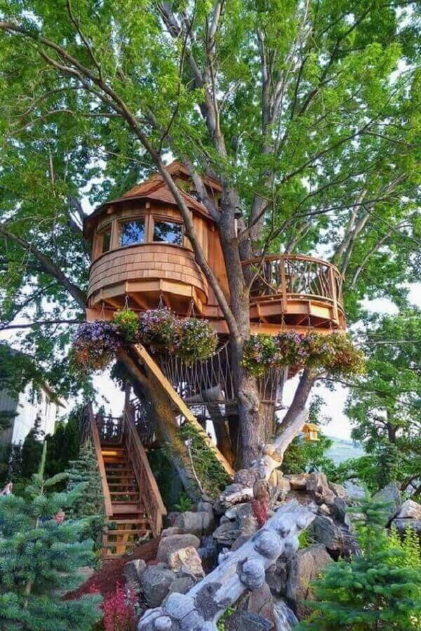 Os vasos suspensos da casa na árvore deixaram o projeto mais lindo