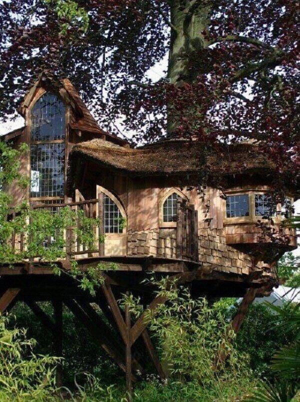 As janelas da casa na árvore favorecem a entrada de luz natural