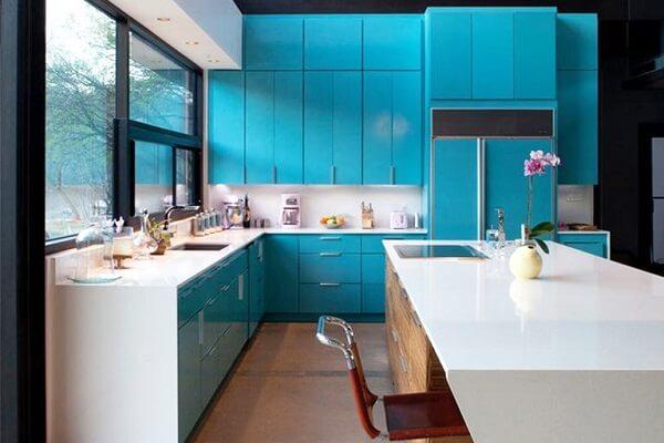 a tonalidade desse azul tornou o ambiente da cozinha um lugar acolhedor
